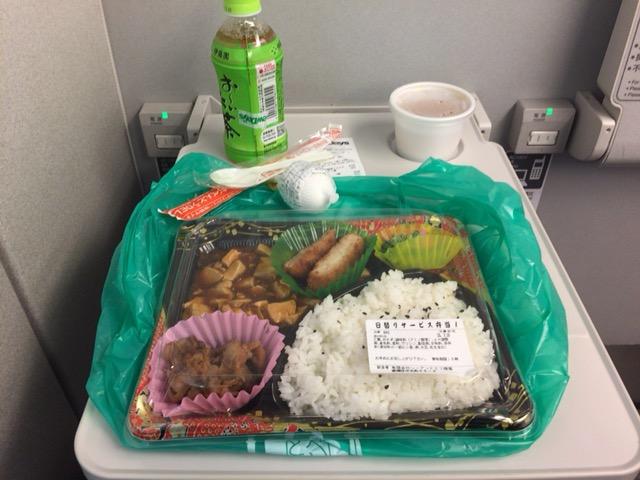 新幹線一番前のテーブルは広い