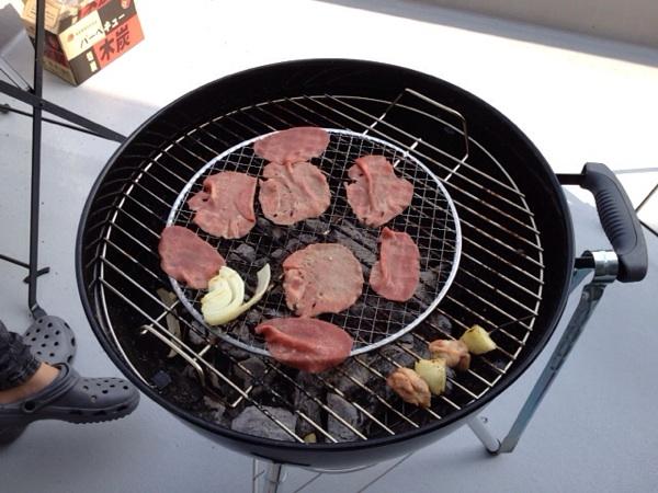 Weberでのお肉を焼く様子