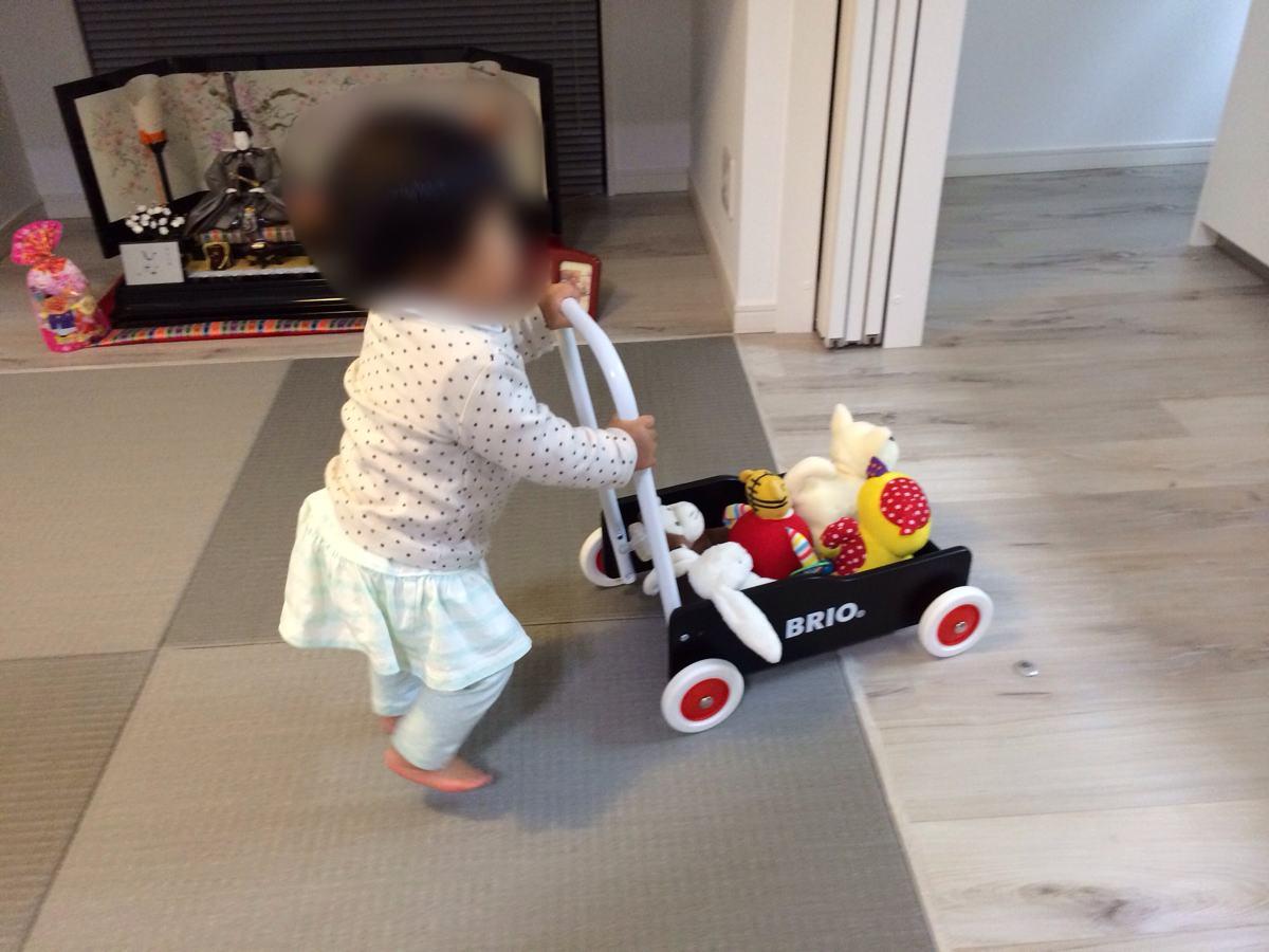 BRIO手押し車で子供が遊ぶ様子