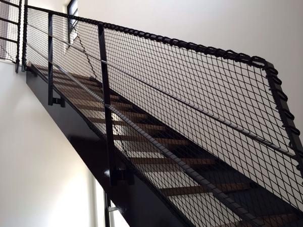 転落防止ネットを張った完成の様子 階段