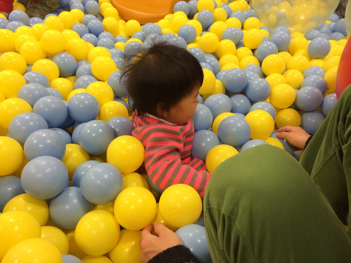 キドキドクレド岡山店で遊ぶ子供