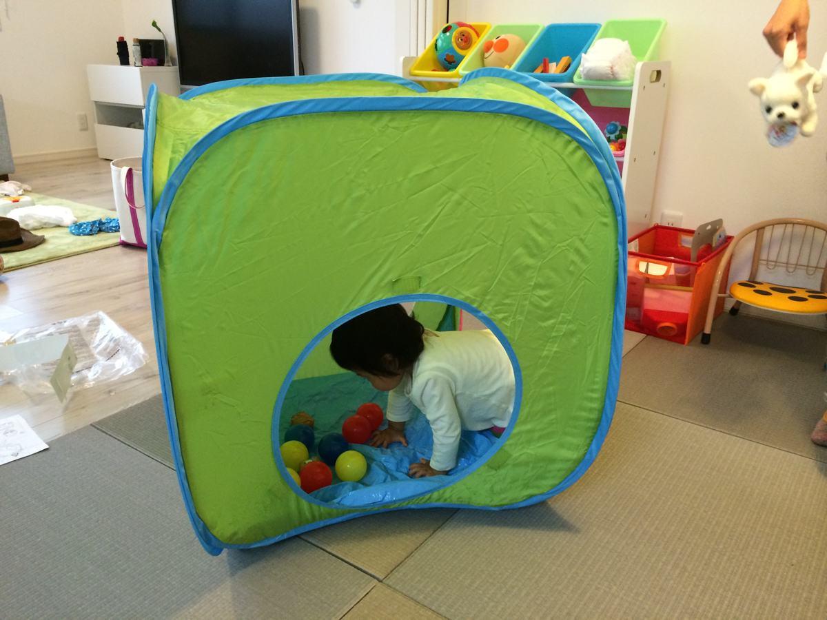 IKEA子供用テントで遊ぶ子供