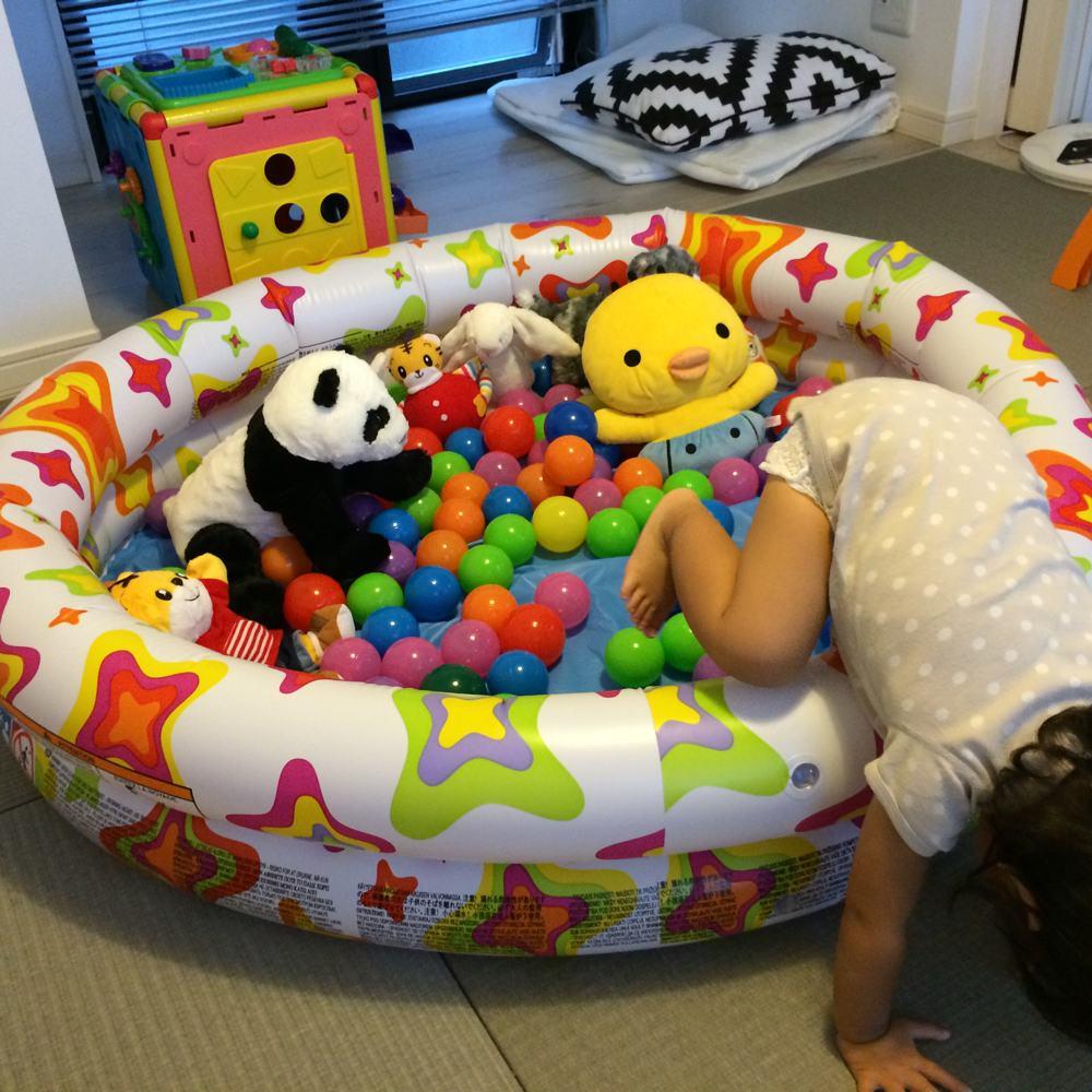 自宅での子供用ボールプールのプールで遊ぶ子供