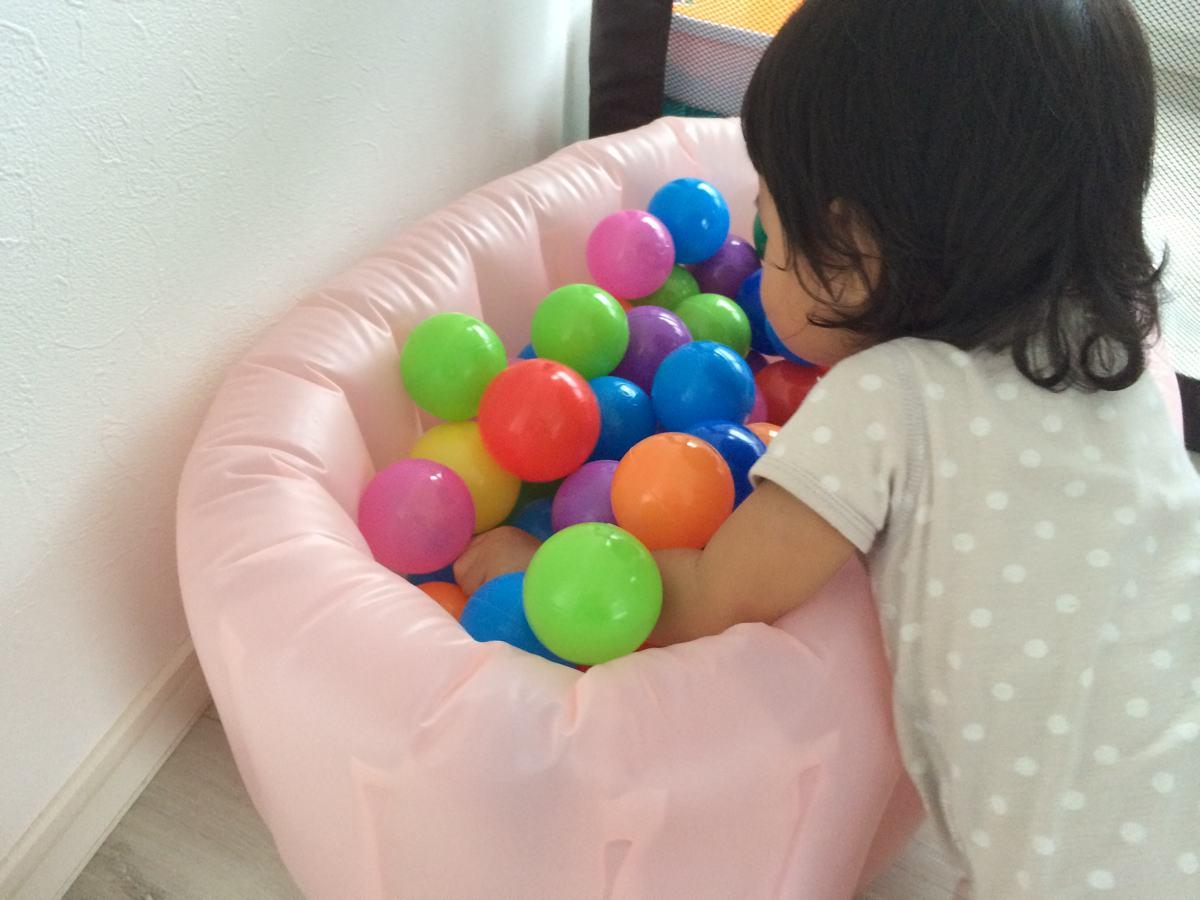 沐浴用プールにボールを入れた