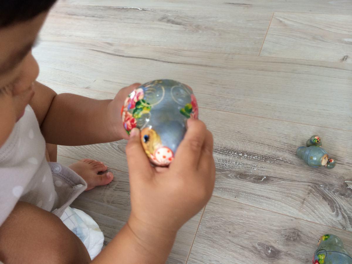 マトリョーシカで遊ぶ子供