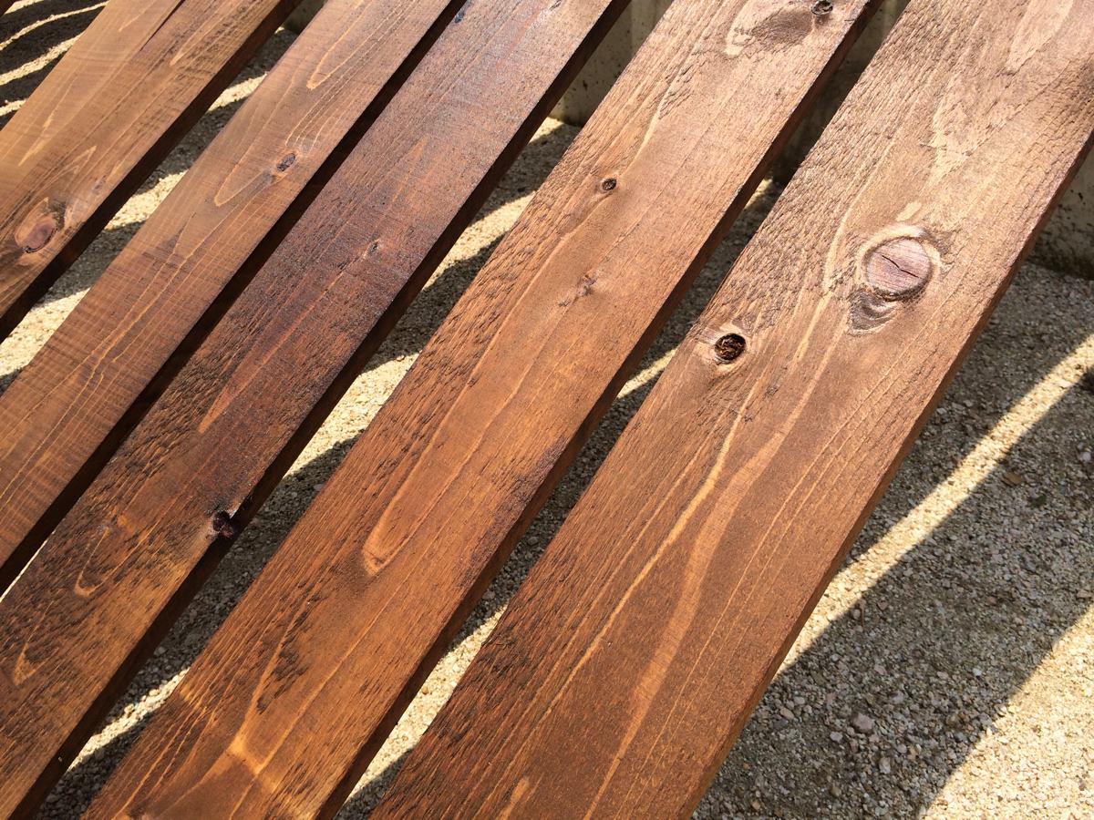 ウッドフェンス作りの板塗り