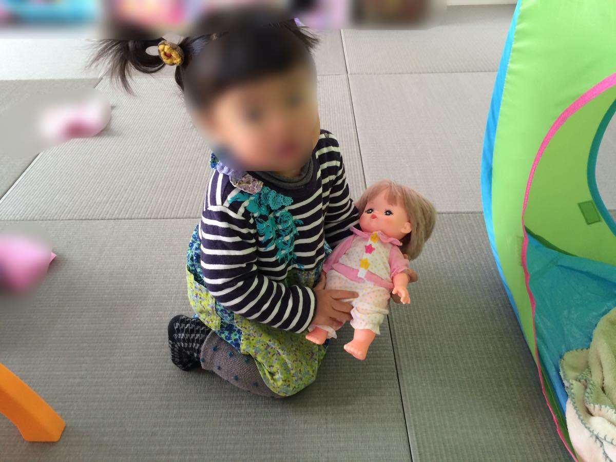 「メルちゃん入門セット」で遊ぶ子供