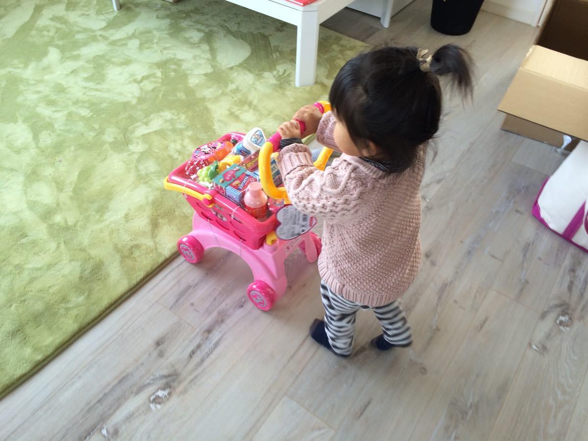 ディズニーうきうきおかいものカートで遊ぶ子供
