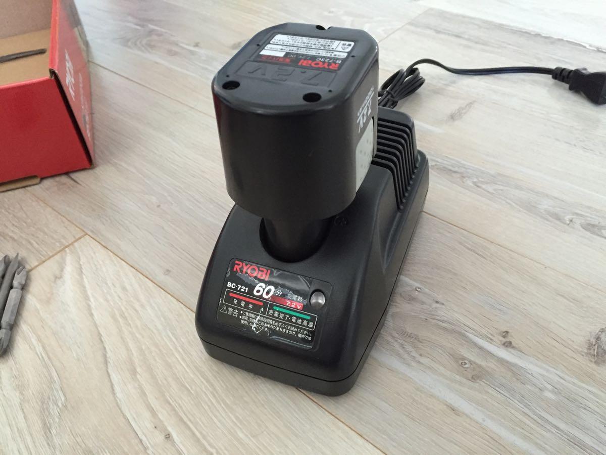 手頃な電動ドリル「RYOBI充電式ドライバドリルBD-710」のバッテリー充電の様子