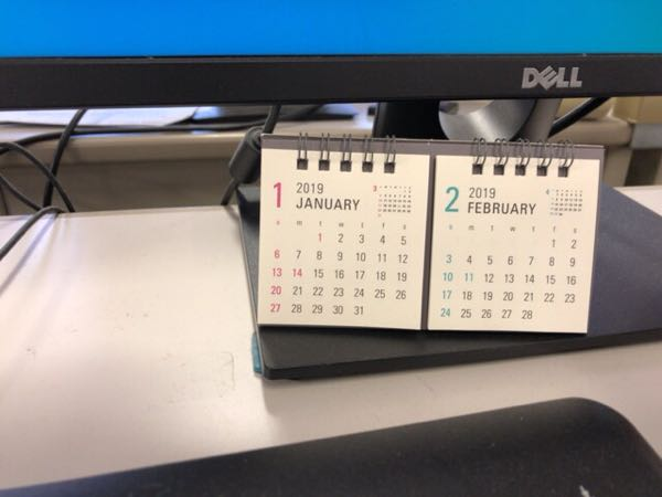 作業デスクの邪魔にならない小さい卓上カレンダーを今年も選んだ。(ダイソー2ヶ月Wリング卓上カレンダー)