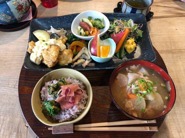 岡山県玉野市にある「菜つむぎ商店」のボリューミーヘルシーランチが大満足!