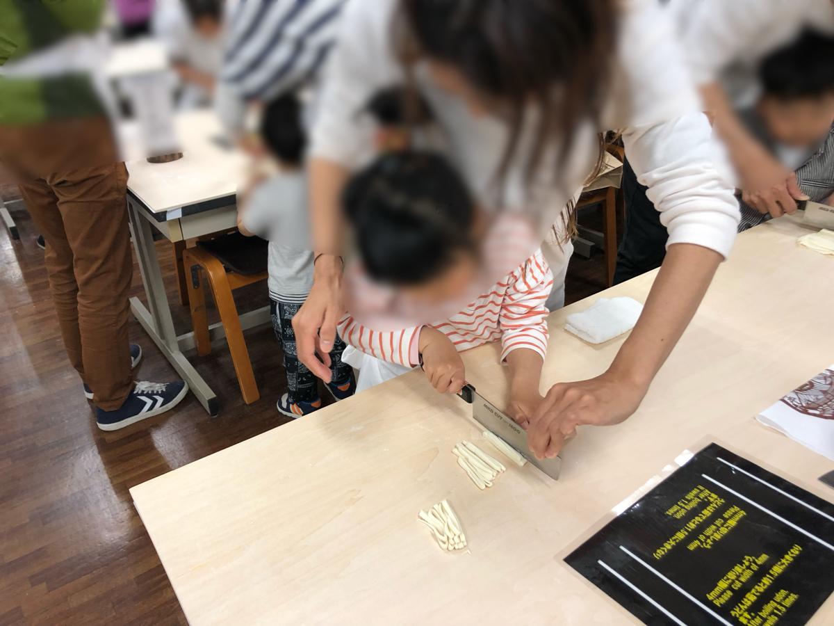 香川県の子供連れ家族旅行プランのひとつ最適。子供とうどん作り体験ができる「中野うどん学校」が楽しかった!
