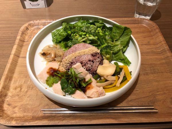 新宿駅近くで野菜豊富なヘルシーランチ、夕食を食べれるお店「VEGE go」(ベジゴー)へ行ってみた。
