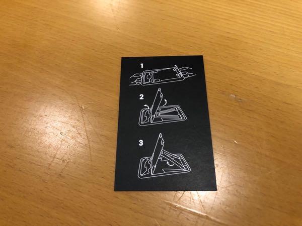 お出かけ時に常時携帯しておけるカード型スマホスタンド「携帯たてる君」がいい感じ。