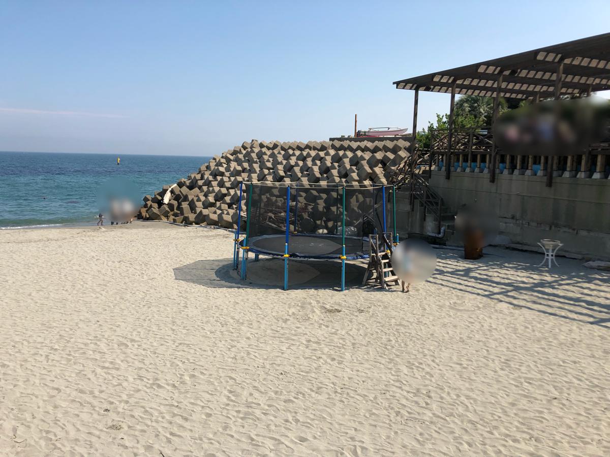 「アオアヲナルトリゾート」の海のビーチにあるトランポリン