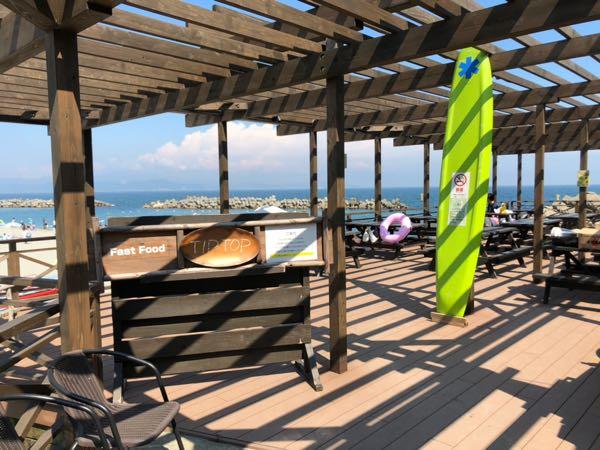 「アオアヲナルトリゾート」の海のビーチにあるカフェ風景