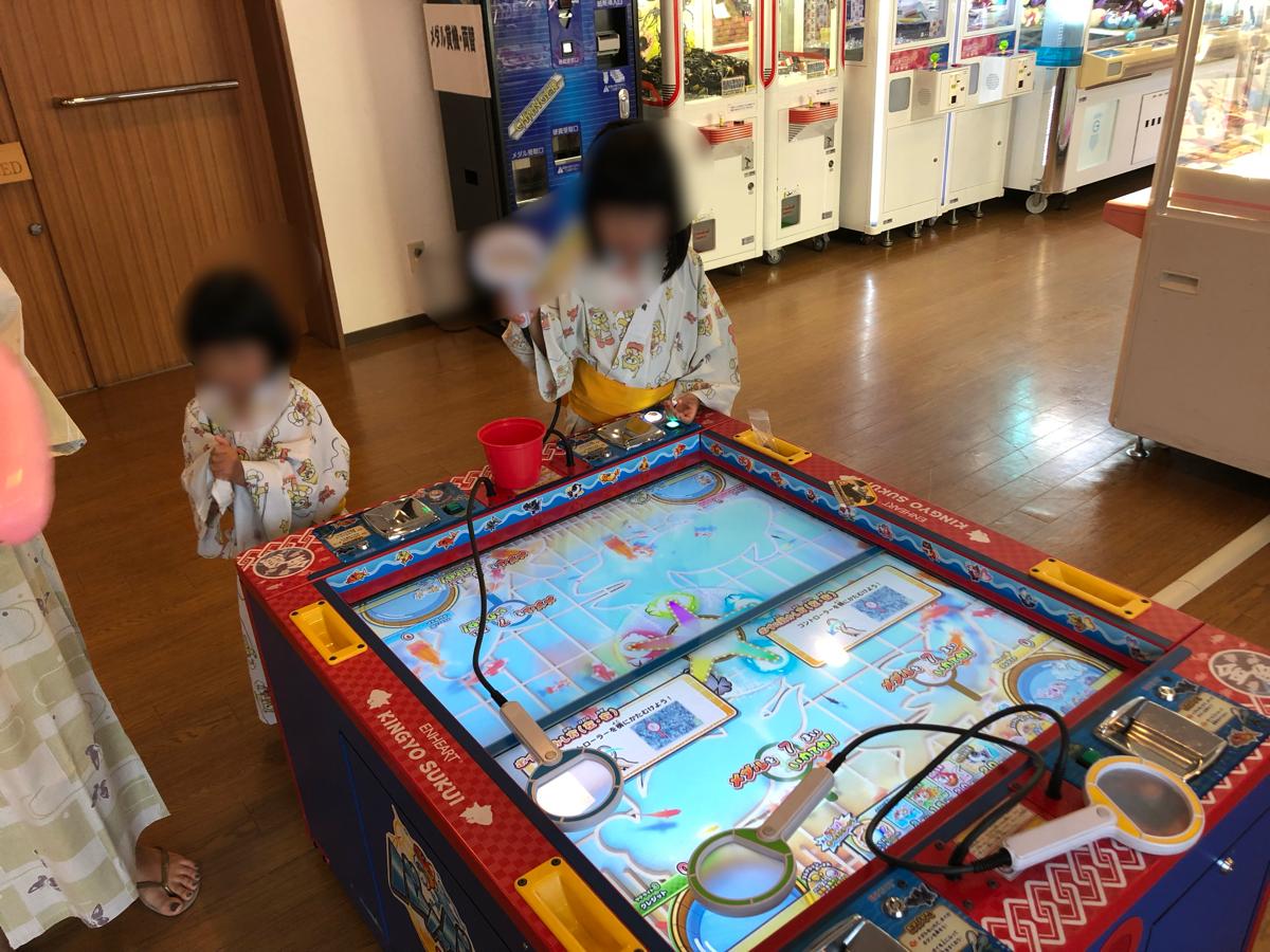 「アオアヲナルトリゾート」のゲームセンターコーナーで遊ぶ子供