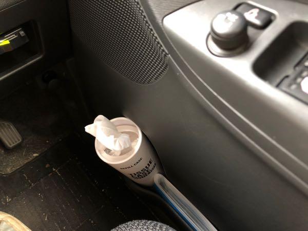 車内のドリンクホルダーに置けるセリアのボトル型ティッシュケースをドアのスペースに置いたところ