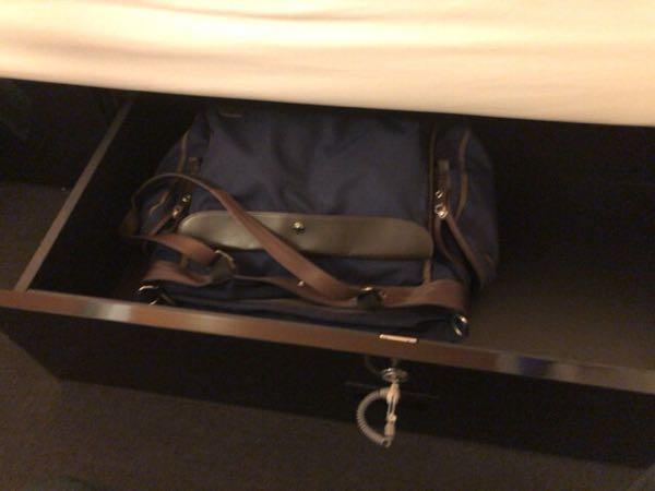 東京駅近く豪華カプセルホテル「ファーストキャビン京橋」のファーストクラスキャビンの貴重品BOX