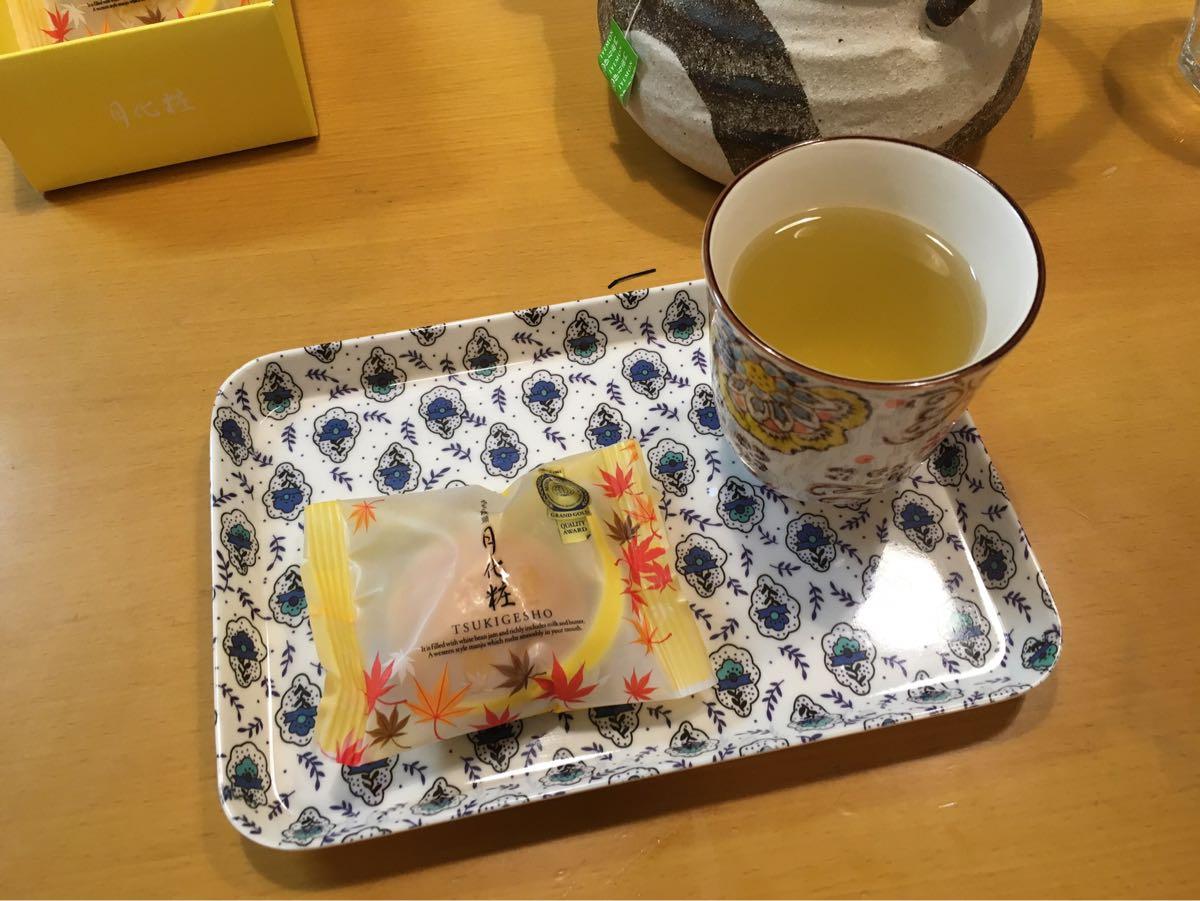 大阪土産みるく饅頭「月化粧」と熱い緑茶