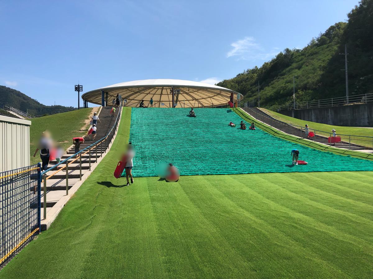 【岡山子供の遊び場】矢掛町総合運動公園の芝滑り