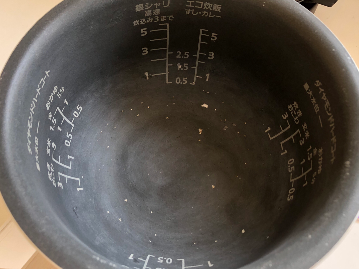炊飯器のお釜のコーティングが剥がれた状態